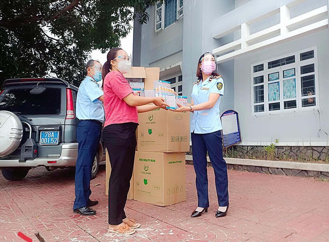 Đội Quản lý thị trường số 4 - Cục Quản lý thị trường Phú Yên tặng khẩu trang y tế và nước sát khuẩn cho Uỷ ban nhân dân huyện Tuy An, tỉnh Phú Yên.